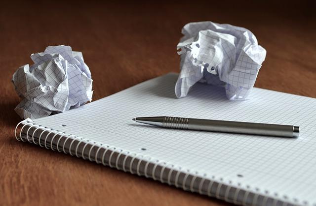 メモ用のノート紙が丸められている
