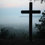 門前嶺容疑者が北斗市野崎墓地で十字架を引き抜き逮捕!礼拝所不敬罪とは?
