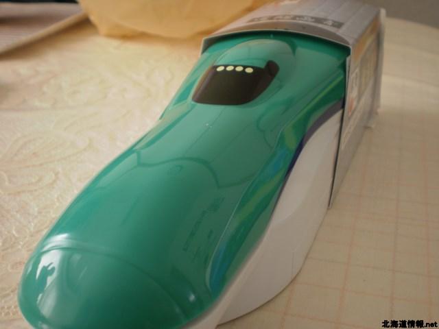 北海道新幹線をモデルとした「北斗七星」の弁当箱を正面から見た写真。