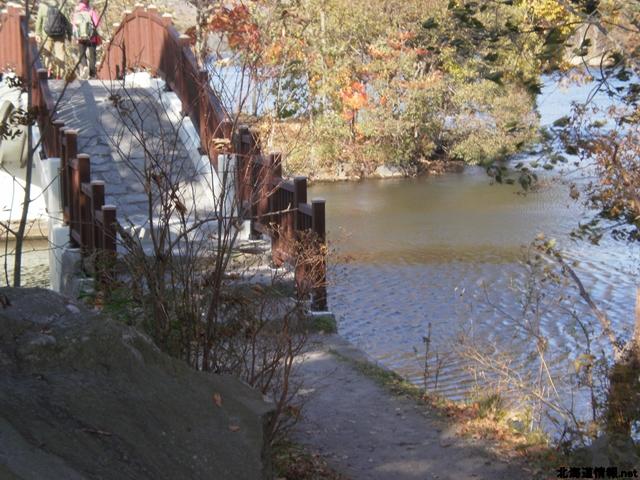 島の間には橋がかかっている。