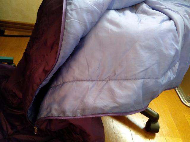 寝袋を椅子に置いている